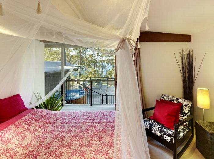 modernes-Schlafzimmer-eleganter-Bettüberwurf-Blätter-Muster-Baldachin