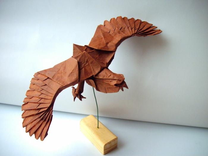 origami-tiere-ein-adler - heller hintergrund