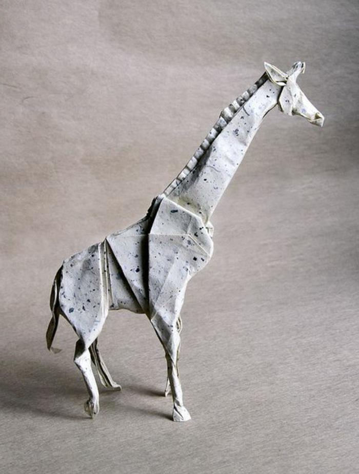 origami-tiere-eine-graue-giraffe