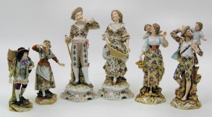 porzellan-figuren-viele-verschiedene-modelle-nebeneinander