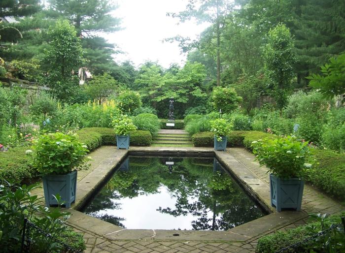 räumlicher-Garten-englisches-Vorbild-Blumentöpfe-See