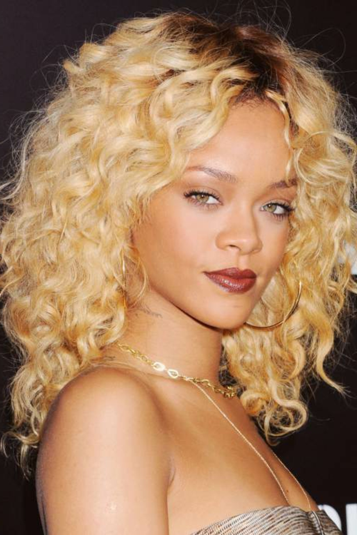 rihanna-blonde-haare-interessanter-look