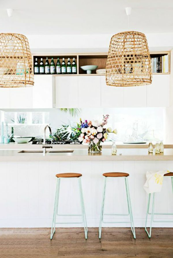 romantische-Küchen-Gestaltung-Rattan-Leuchten-Hocker-schlichtes-Design-Blumen