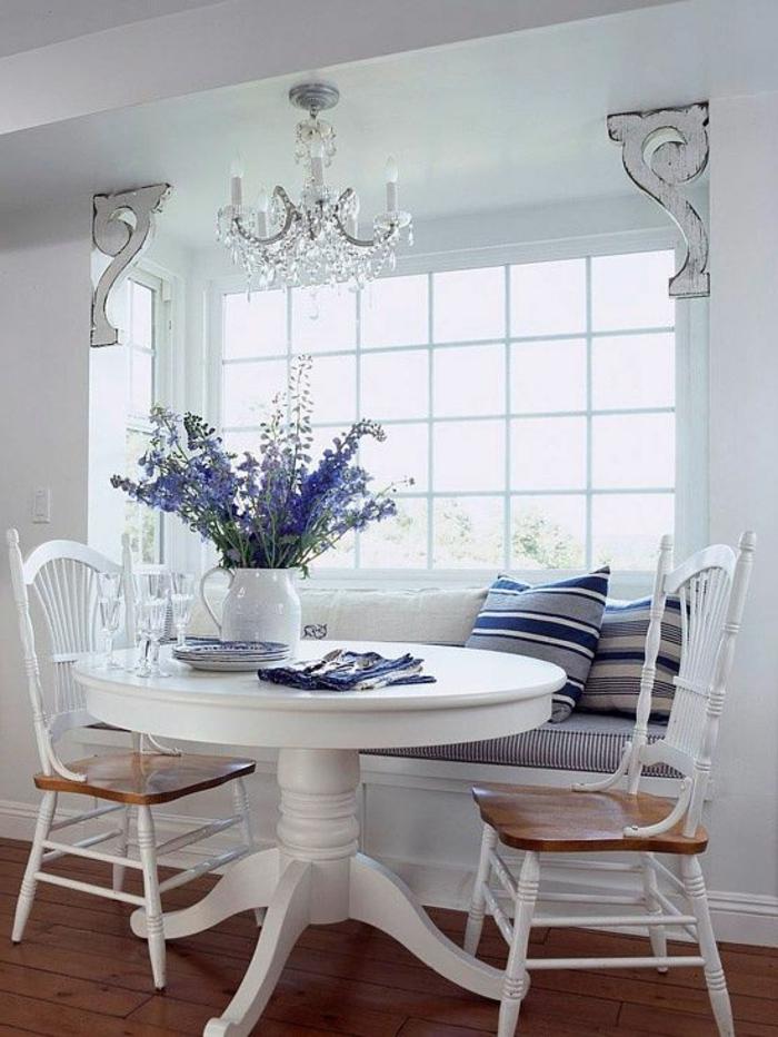 romantische-Zusammensetzung-Esszimmer-weiße-Möbel-Vase-Lavendel-Esstisch-Esstischstühle