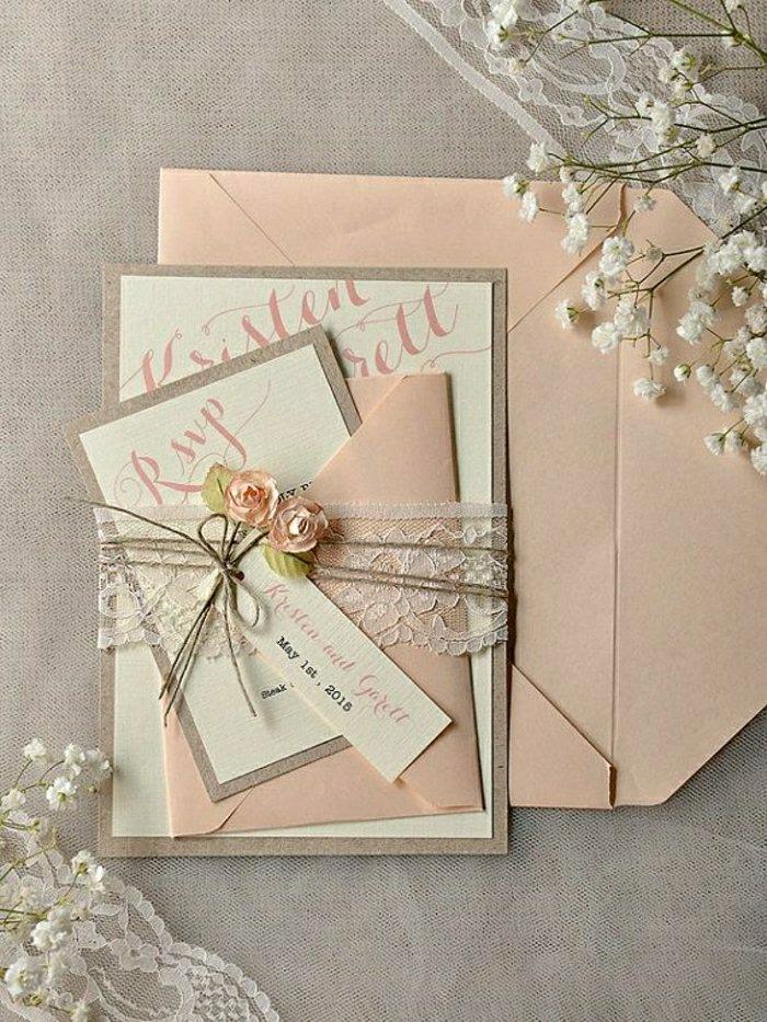 romantische Hochzeitseinladung, dekoriert mit Spitze und kleinen Rosen