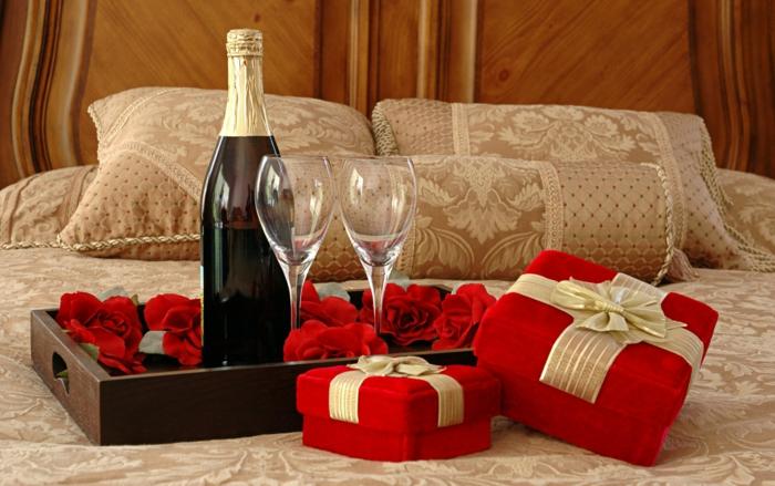 romantisches-bett-geschenke-und-getränke