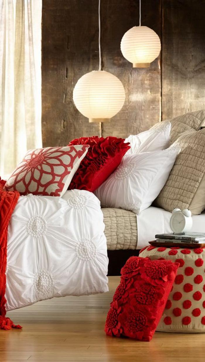 romantisches-bett-super-look-schöne-hängende-lampen
