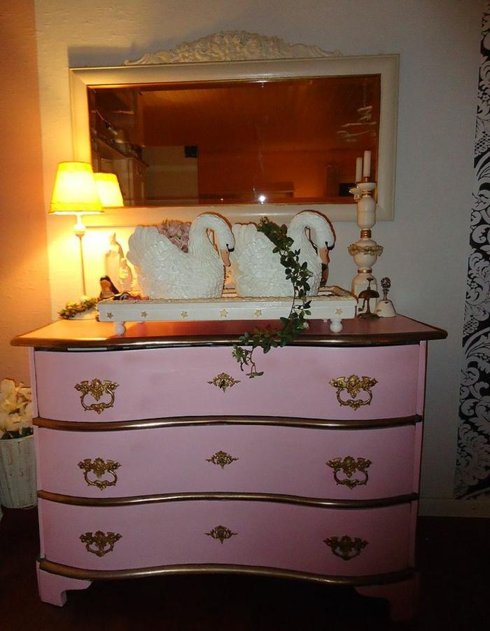 rosa-Kommode-goldene-Elemente-Dekoration-Kerzenhalter
