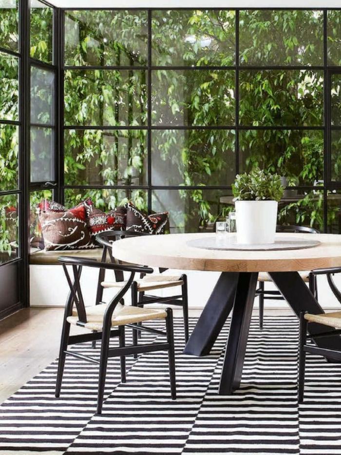 runder-Tisch-Srühle-Teppich-Streifen-Fenster