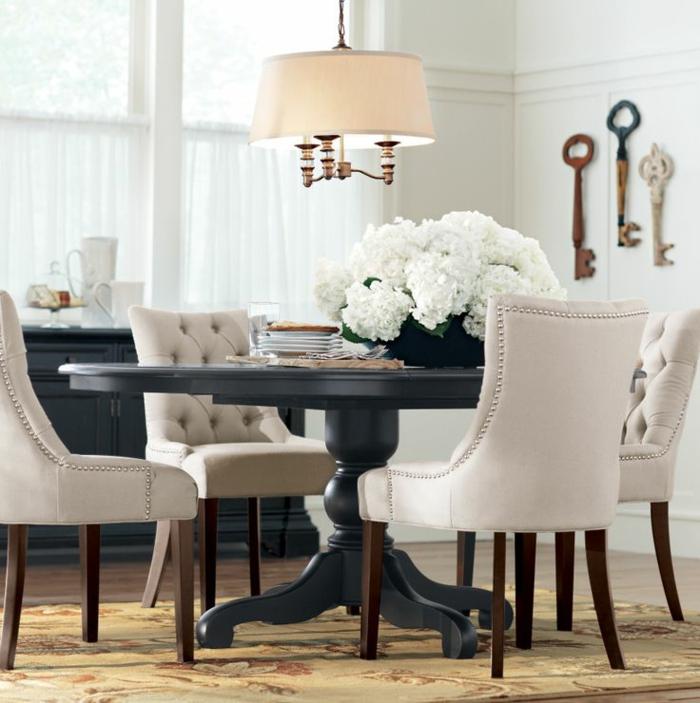 runder-Tisch-schwarz-aristokratisch-beige-Sessel.Knöpfe-vintage-Schlüssel-Dekoration-weiße-Blumen