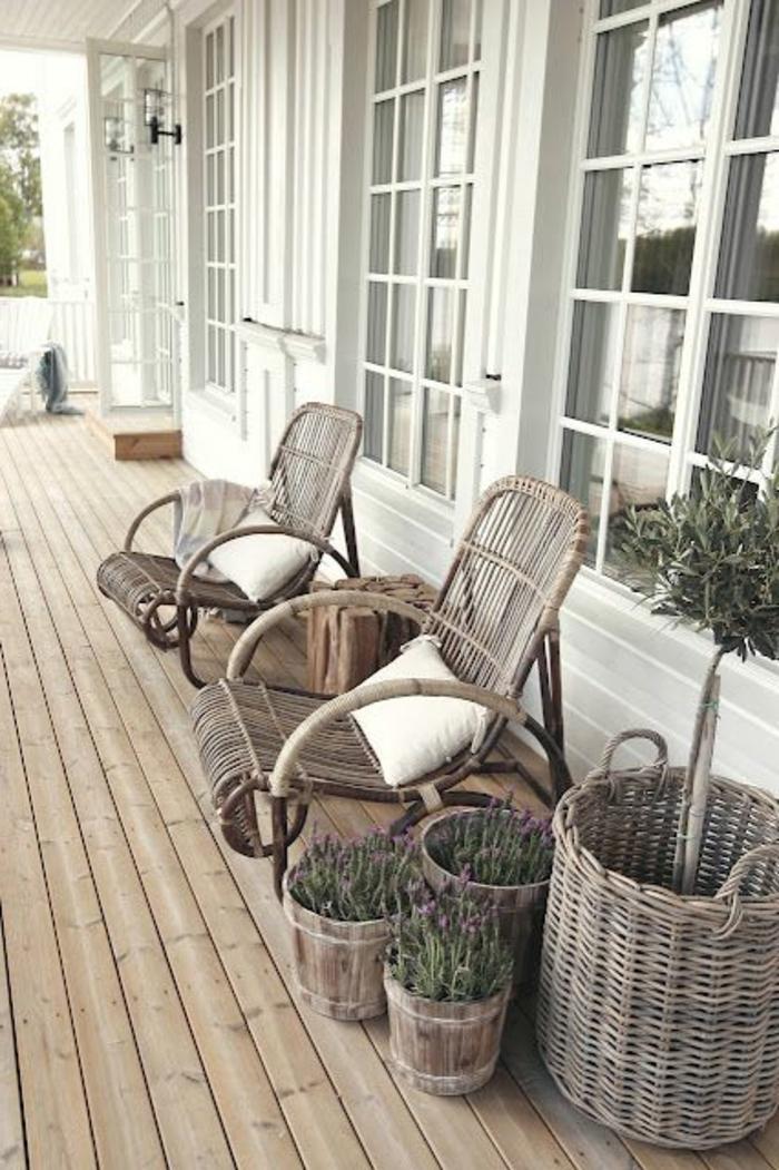 rustikale-Gartenmöbel-Rattan-hölzerne-Blumentöpfe-Lavendel