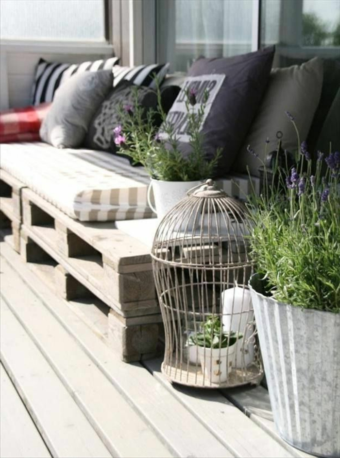 rustikale-Gartenmöbel-Sofa-Paletten-Polster-Kissen-Käfig-Pflanzen