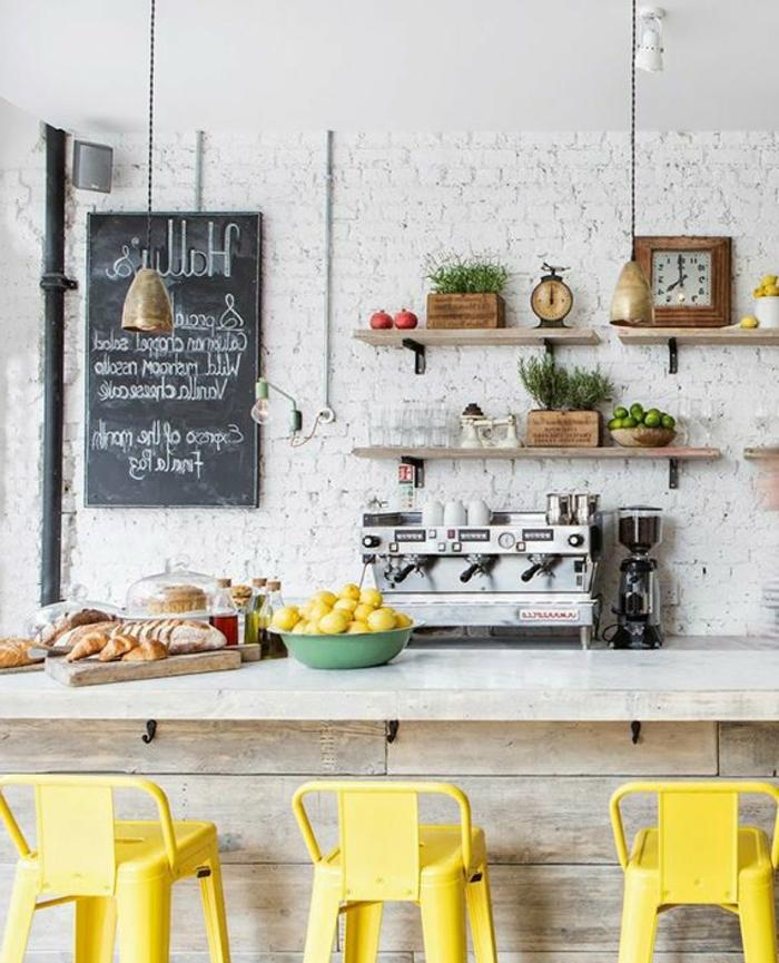 rustikale-Küchen-Einrichtung-gelbe-Bar-Hocker