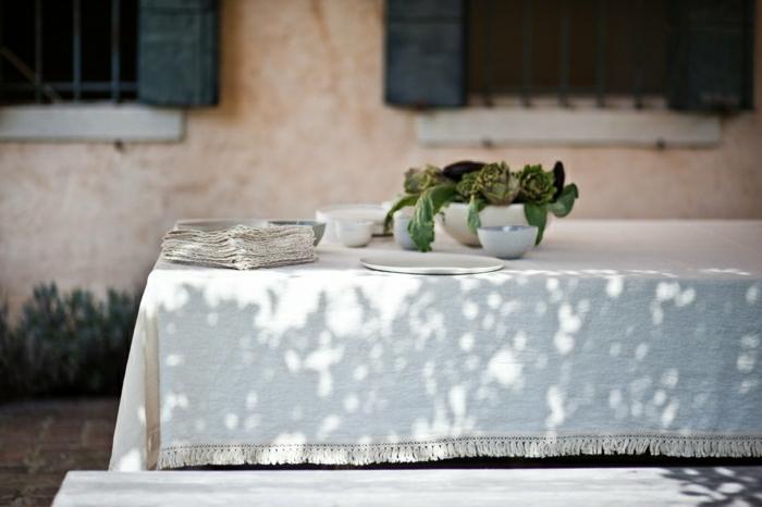 rustikale-Tischdekoration-weiße-Tischdecke-Leinen-Geschirr