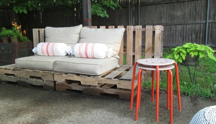 rustikale-Gartenmöbel-gartenbank-Paletten-Couch-bunte-Hocker-Bonbon-Kissen