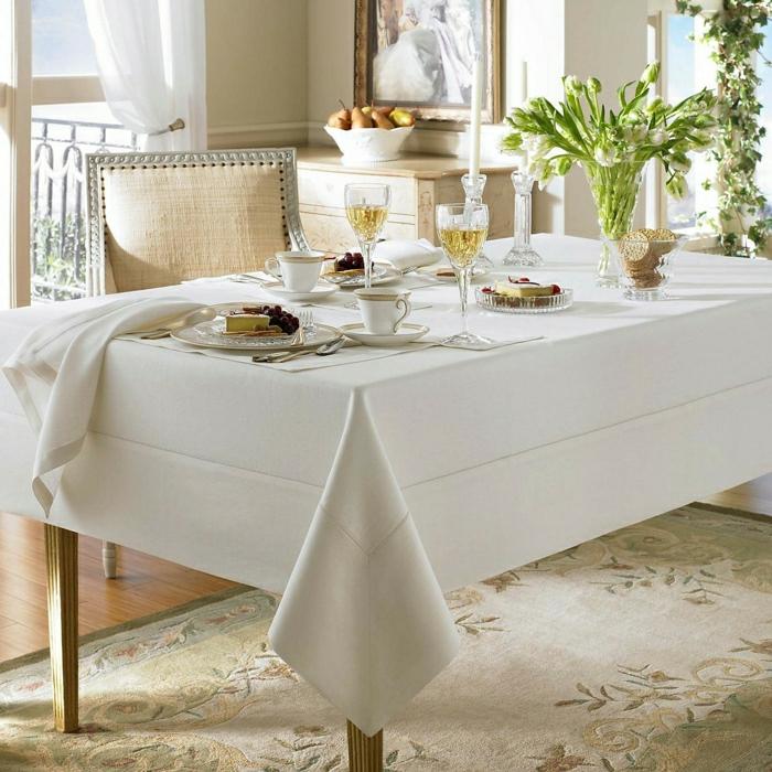 schöne-Tischdekoration-elegant-stilvoll-weiße-Tischdecke-Leinen