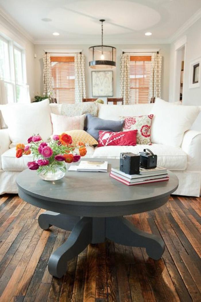 schöne-Wohnzimmer-Gestaltung-Sofa-Creme-Farbe-Blumen-runder-Holztisch