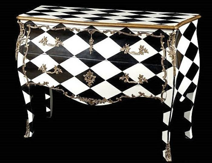 schachbrettartige-Barock-Kommode-goldene-Ornamente