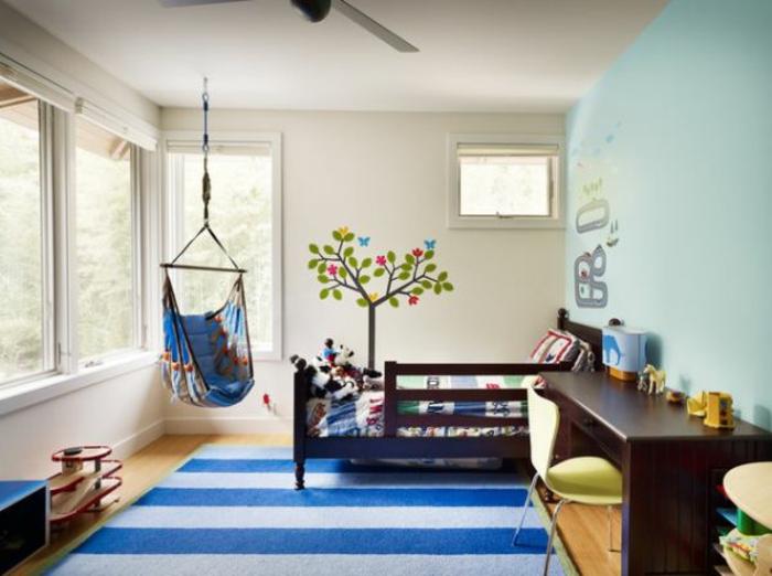 schaukel-im-kinderzimmer-blauer-teppich