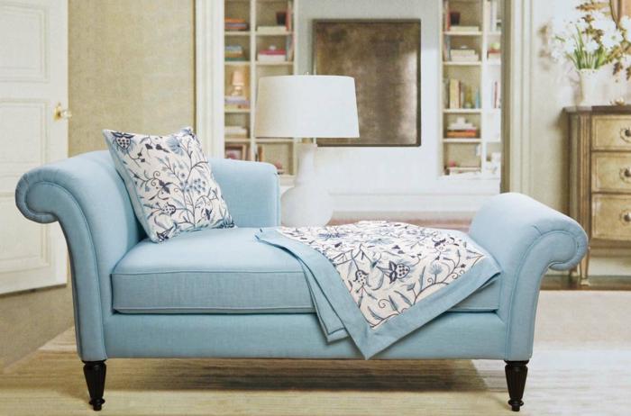 schlafsofa-blau-Textil-buntes-Kissen-Polster-Schlafdecke