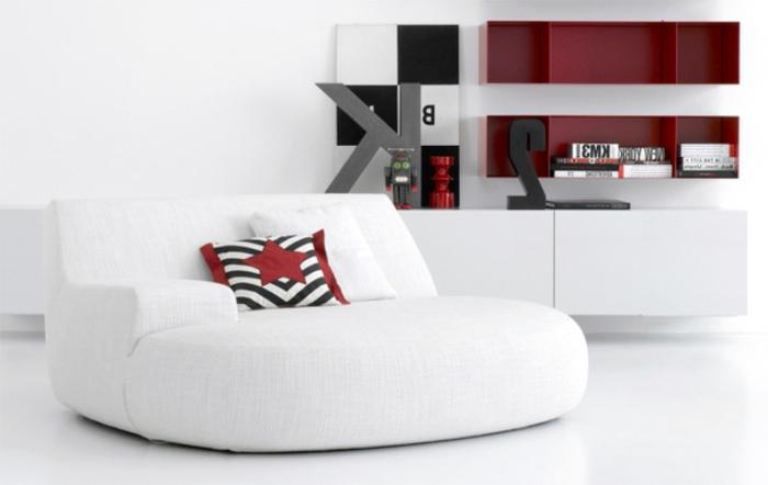 sessel-in-weiß-dekokissen-und-zwei-moderne-regale