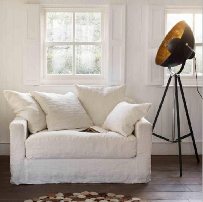 sessel-in-weiß-eine-stehlampe-daneben