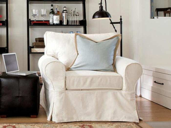 Sessel In Weiß Einfaches Modell Regalsystem Dahinter