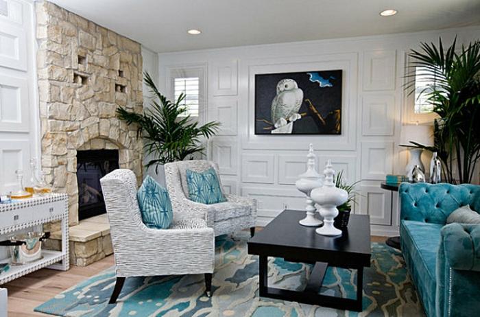 sessel-in-weiß-gemütliches-wohnzimmer-blaue-kissen