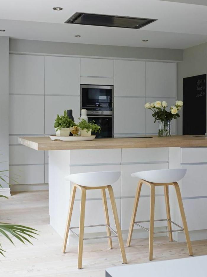 skandinavisches-Interieur-weiße-Hocker-minimalistische-Küche