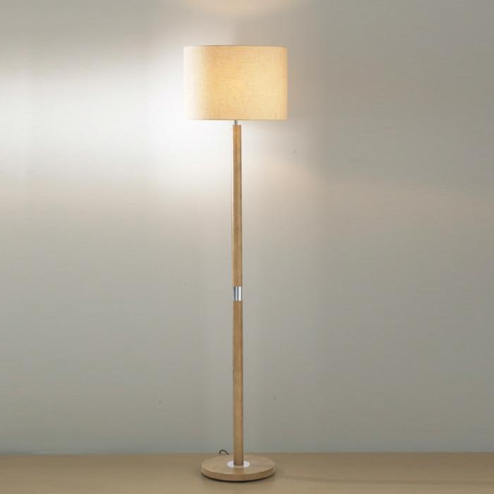 stehlampe-aus-holz-großes-weißes-design