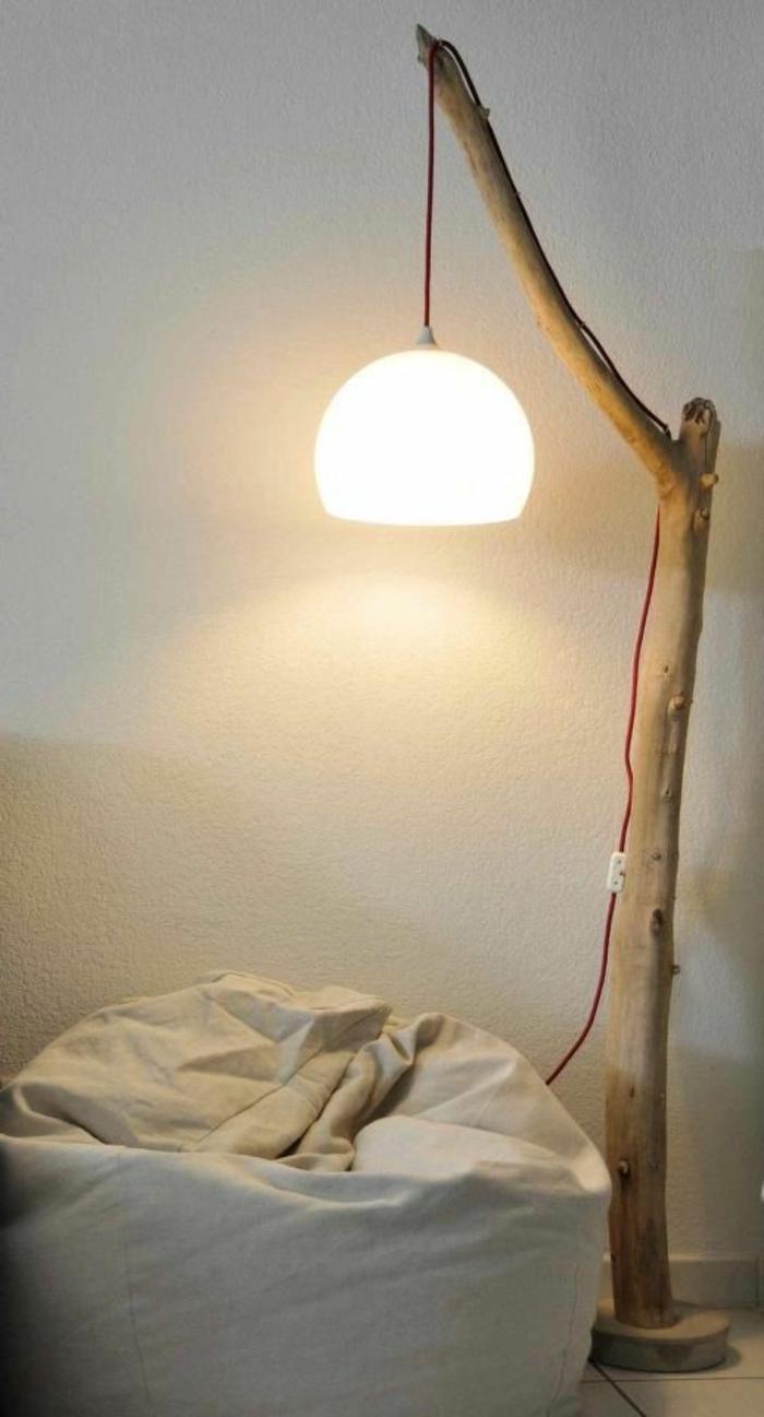 stehlampe-aus-holz-hängendes-modell-über-dem-bett