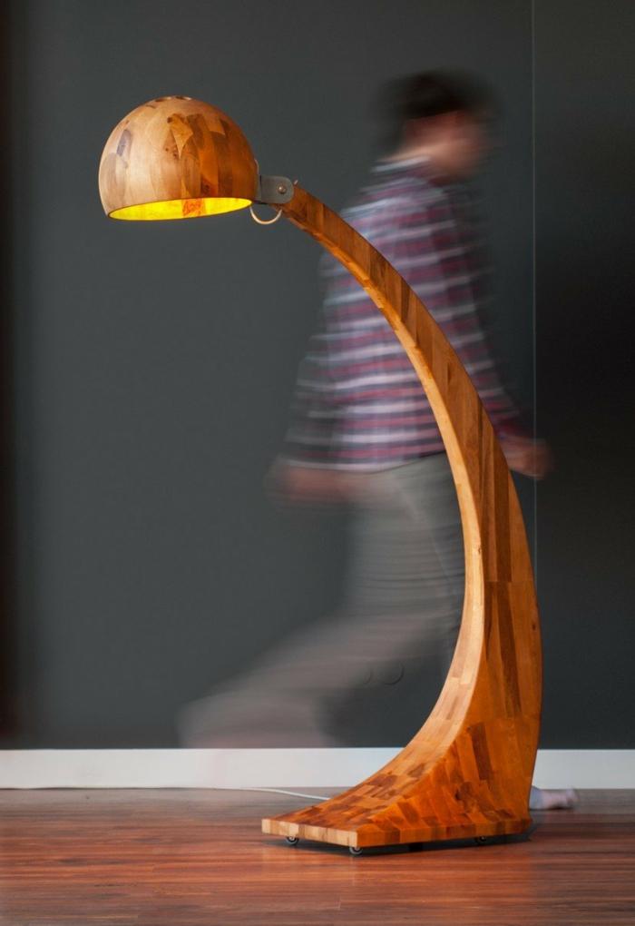 stehlampe-aus-holz-super-kreative-gestaltung