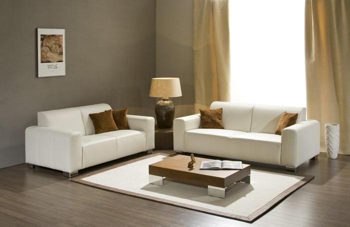 stilvolles-Interieur-braun-Creme-Farbe-kleine-Sofas-braune-Kissen-Nesttisch