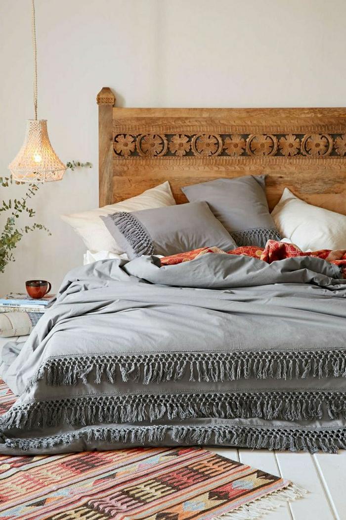 tagesdecke-grau-elegantes-Design-Boho-Teppich-hölzernes-Bett-Ornamente-interessante-gestrickte-Leuchte-Kaffeetasse