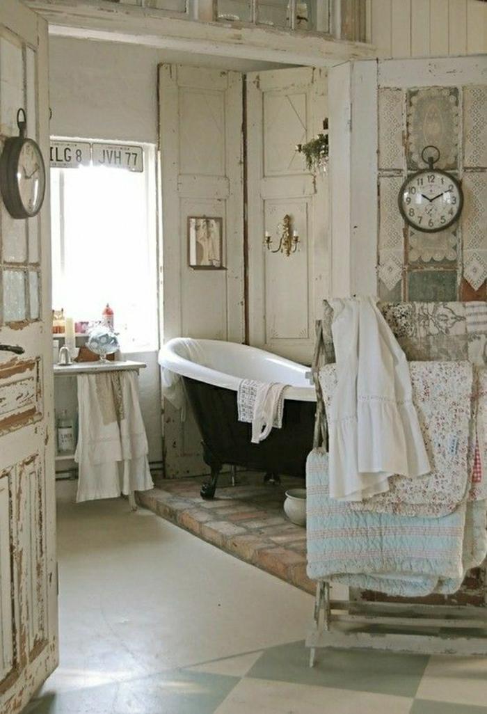 vintage-Badezimmer-Gestaltung-alte-Wanduhren