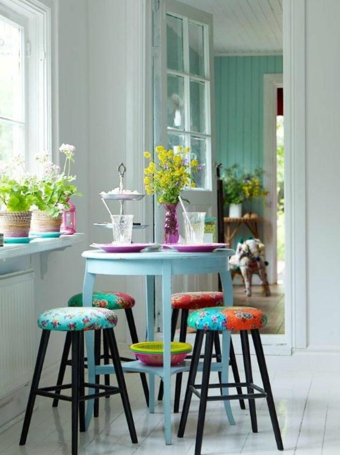 vintage-Einrichtung-kleiner-Kaffeetisch-bunte-Hocker-Topfpflanzen