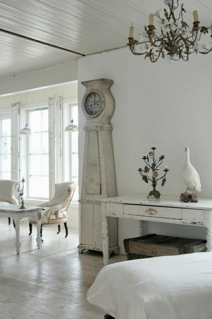 vintage-Interieur-weiß-alte-Wanduhren