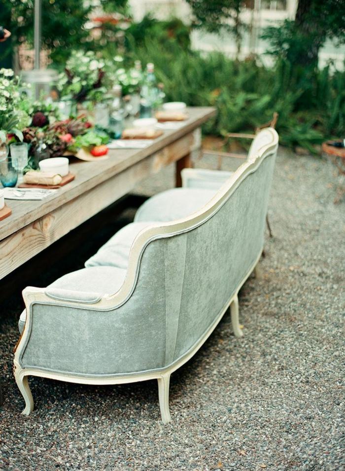 vintage-Sofa-rustikaler-Esstisch-Tischdekoration-Garten-Gestaltung