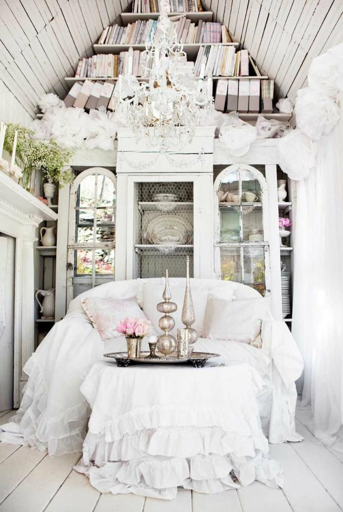 vintage-shabby-chic-Interieur-kleine-Couch-weiße-Decke-silbernes-Geschirr-Küchenschrank-Dekoration