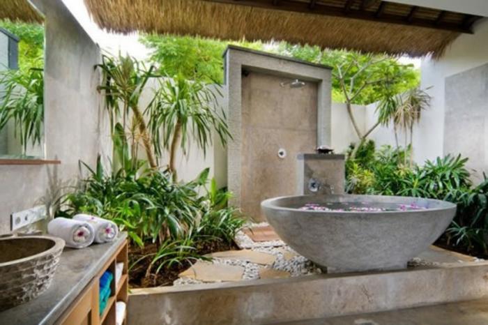 waschbecken-aus-stein-grüne-bepflanzung-im-badezimmer