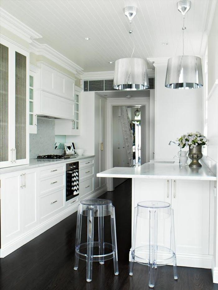 weiße-Küchen-Gestaltung-Metall-Lampen-durchsichtige-Bar-Hocker