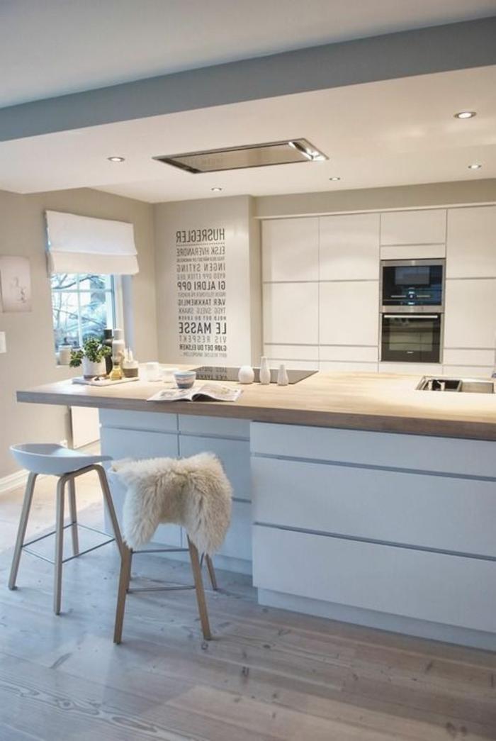 weiße-Küchen-Gestaltung-schickes-Modell-weiße-hocker