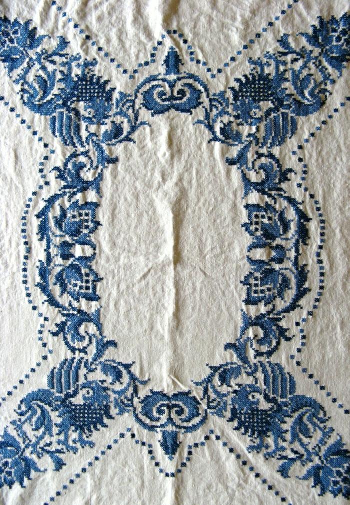 weiße-Tischdecke-blaue-Stickerei-vintage-schön