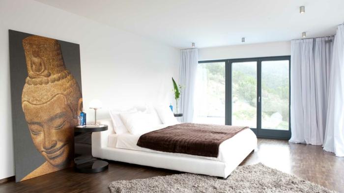 interessantes schlafzimmer mit einem weißen bett