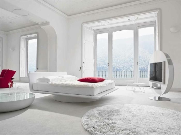 weiße-betten-große-gläserne-wände