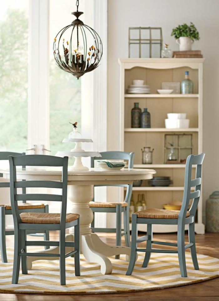 weißer-Esstisch-blaue-vintage-Stühle-Tortenständer-Kronleuchter