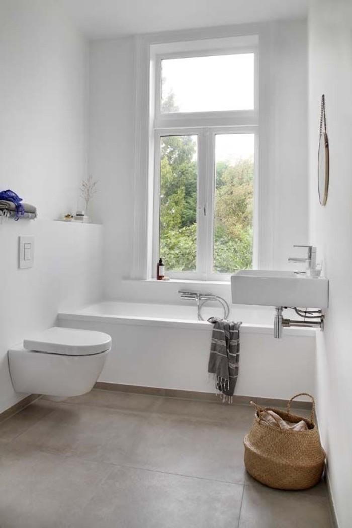 weißes-Badezimmer-minimalistische-Gestaltung-skandinavisches-Interieur-Bad-Rattankorb