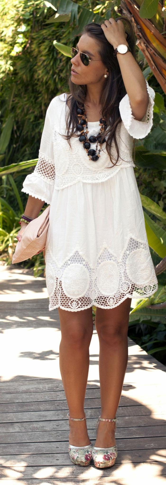 weißes-Boho-Kleid-romantische-Schuhe-Clutch