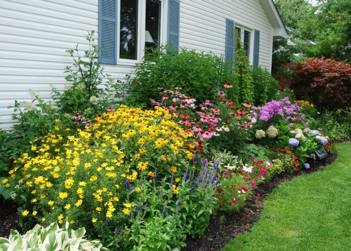 weißes-Haus-blaue-Fensterläden-Garten-englisches-Vorbild-Blumen
