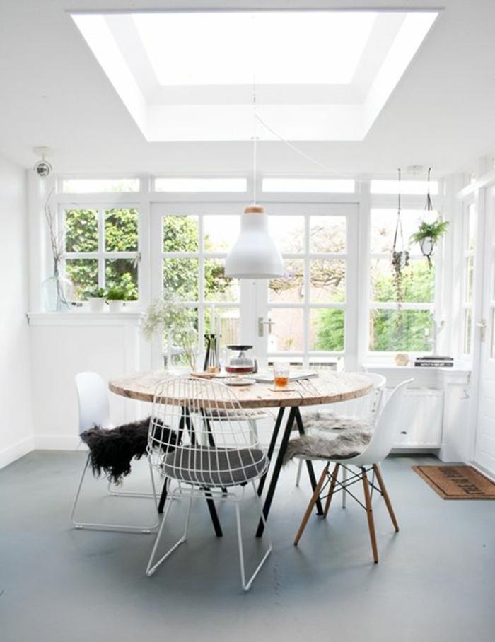 weißes-Interieur-industrielle-Lampe-hölzerner-runder-Tisch-Stühle-innovatives-Design